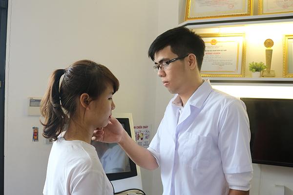Khách hàng đến kiểm tra và tư vấn lông mày tại Thẩm mỹ viện Thanh Quỳnh