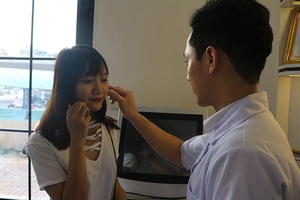 Khách hàng được thăm khám và kiểm tra môi trước khi thực hiện xóa xăm môi