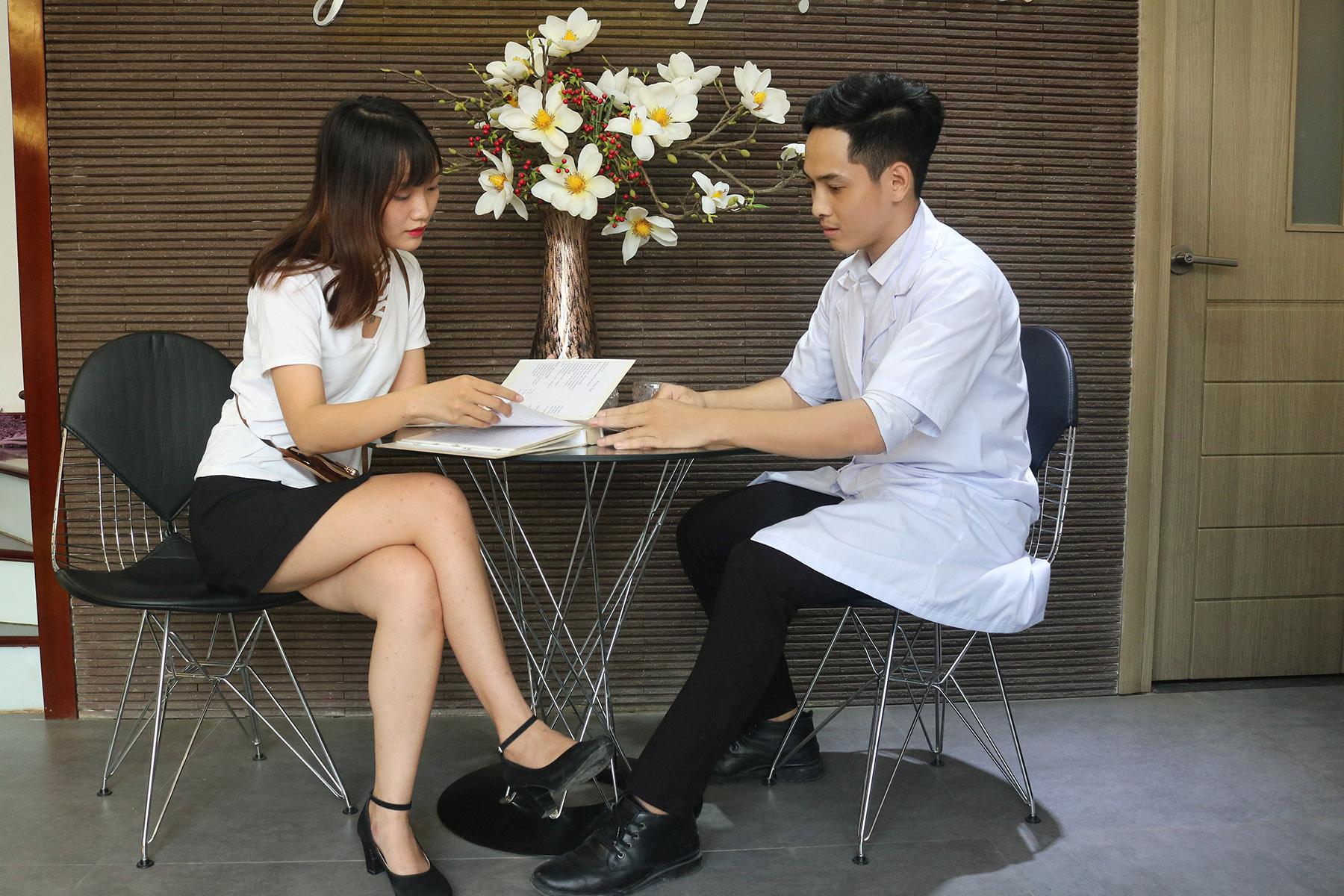 Khách hàng đến kiểm tra và tư vấn xăm mí mắt tại Thanh Quỳnh Spa