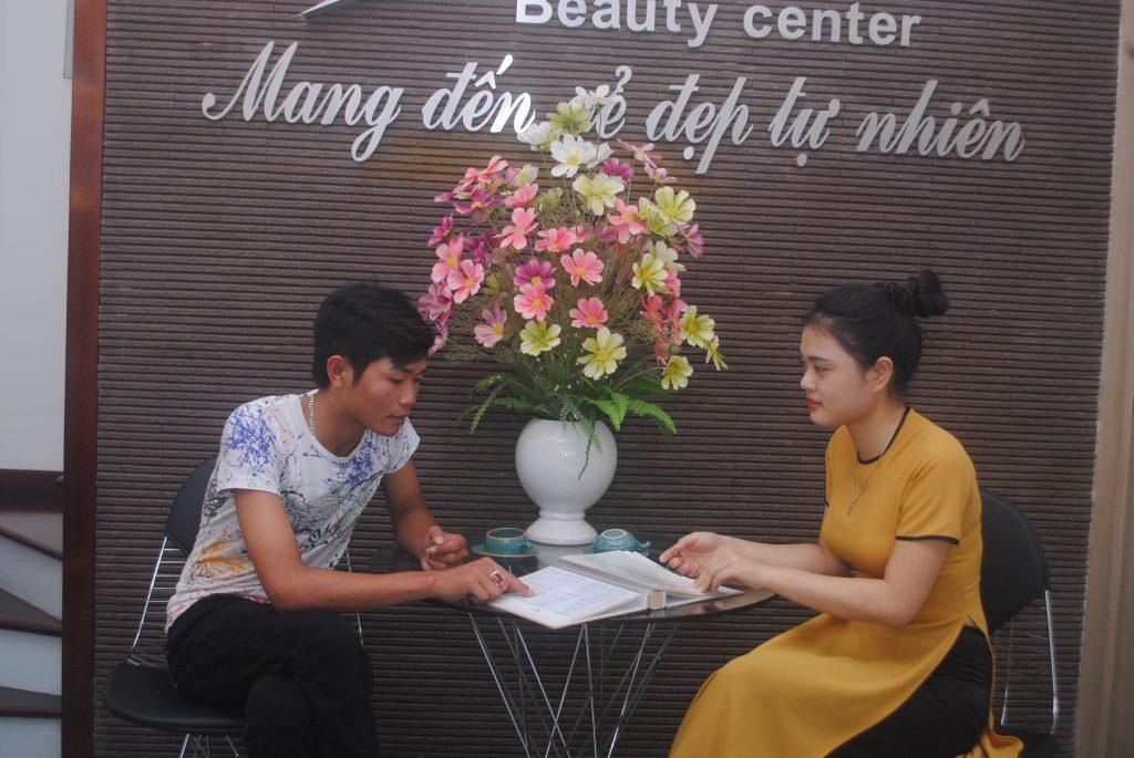 Khách hàng đến kiểm tra và tư vấn tẩy thâm môi tại Thẩm mỹ viện Thanh Quỳnh