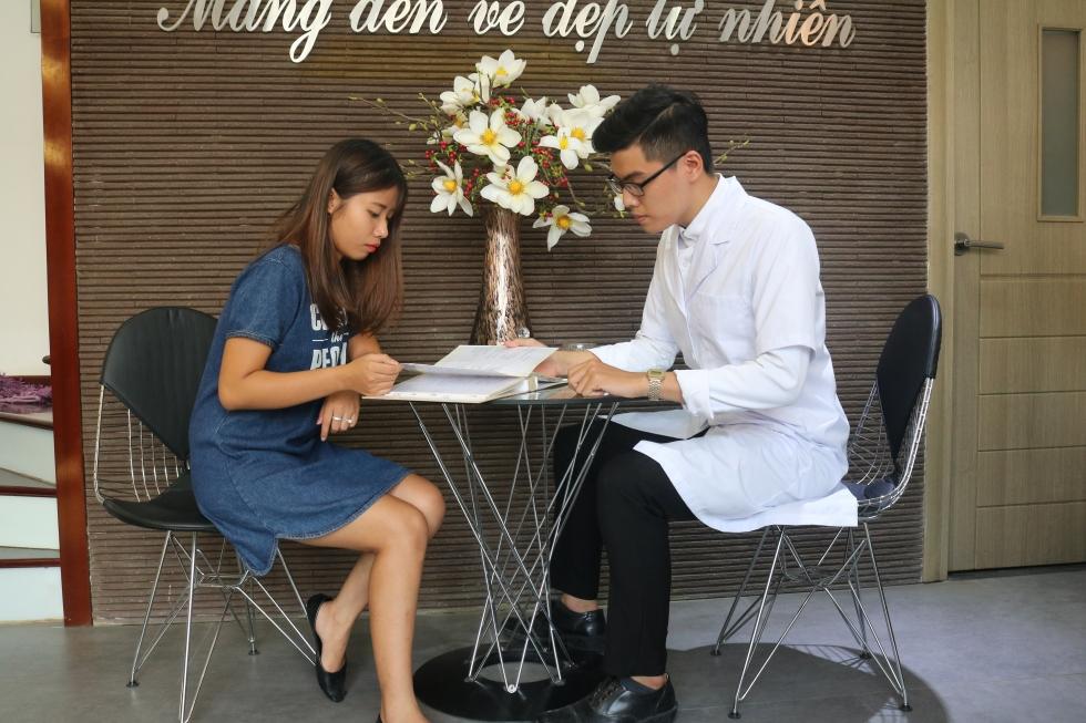 Khách hàng đến tư vấn xóa xăm lông mày tại Thẩm mỹ viện Thanh Quỳnh