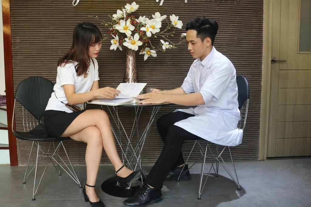 Khách hàng đến tư vấn xóa xăm môi tại Thẩm mỹ viện Thanh Quỳnh